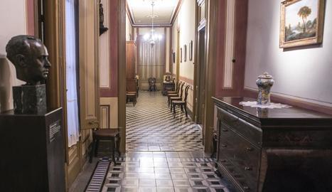 Un dels salons de la casa senyorial Duran i Sanpere de Cervera i, a la dreta, la capella privada de l'edifici, amb els personatges de les pintures inspirats en la mateixa família.