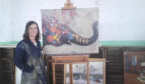L'artista lleidatana, al seu taller amb algunes de les teles que mostrarà a l'IEI.