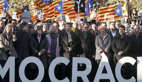 Artur Mas, Irene Rigau i Joana Ortega, amb Puigdemont, i envoltats de simpatitzants el dia de l'inici del judici pel 9-N.