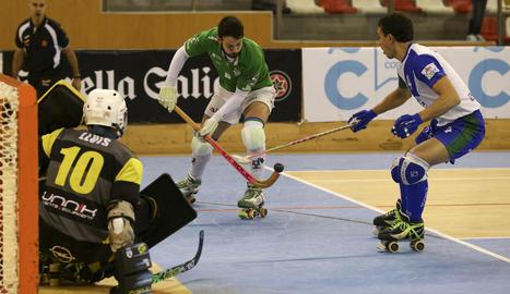 David Torres, jugador del Liceo, intenta superar Joan Cañellas, de l'ICG Lleida, per llançar davant de Lluís Tomàs.