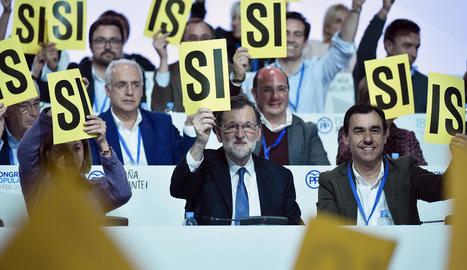 Una de les votacions d'ahir al congrés del PP, amb Cospedal, Rajoy i Maillo.