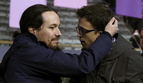 Pablo Iglesias i Íñigo Errejón ahir en el Congrés de Podem en una abraçada poc afectuosa.