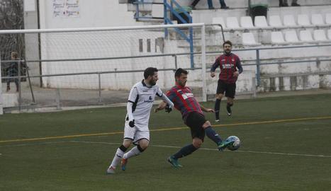 Un jugador del Borges colpeja la pilota davant de l'oposició d'un rival.