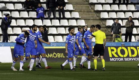 Els jugadors del Lleida celebren el gol de Cristian Alfonso, que va donar la victòria 'in extremis' dissabte davant de l'Ebro.