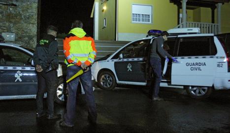 Efectius policials i d'emergències a l'exterior de l'habitatge.