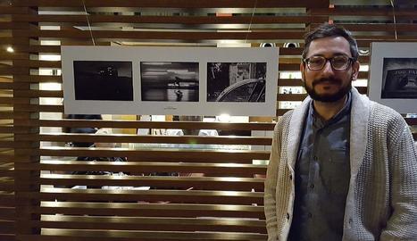 El periodista lleidatà, al costat de les tres fotos premiades i exposades a l'Eurostars Hotel de Berlín.