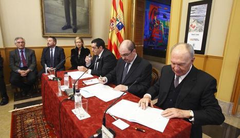 Moment de la firma del president aragonès i el de BonÀrea.