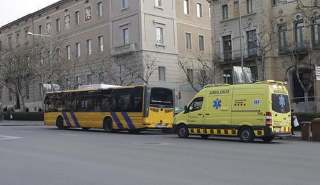 L'autobús implicat, al costat d'una ambulància del SEM.