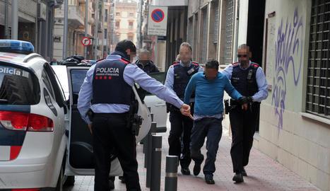 Un dels detinguts ahir al migdia al carrer Comerç.