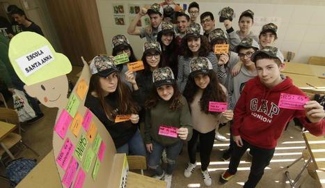 Alumnes del Santa Anna, ahir, amb els missatges escrits i les gorres de la festa de diumenge.