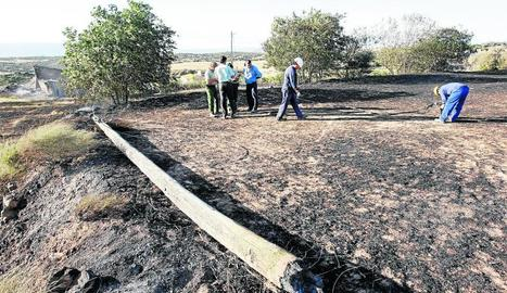 Imatge d'arxiu dels tècnics de la companyia i els rurals al lloc on es va originar l'incendi.