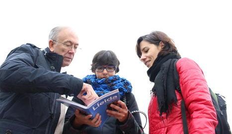 Company estudia la primera guia amb Clara López i Meritxell Niñá.