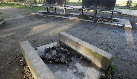 Restes d'una foguera on hi hauria d'haver una taula, a la zona de barbacoes de les Basses.
