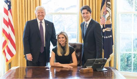 Ivanka Trump, criticada per asseure's a la cadira del Despatx Oval.