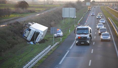 Bolca un camió a l'autovia A-2 a Castellnou de Seana
