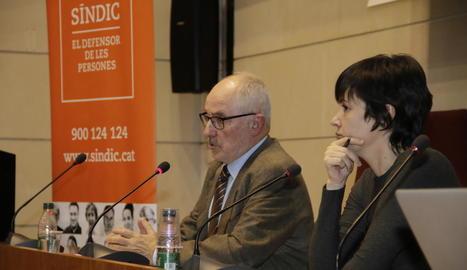 Ares Escribà, de Lleida TV, va presentar la xarrada del síndic.