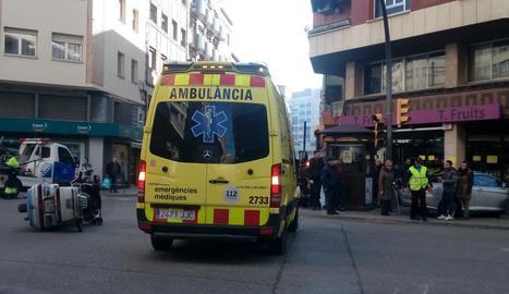 El vehicle va acabar a sobre de la vorera per una col·lisió ahir al carrer Vallcalent amb Bisbe Ruano.