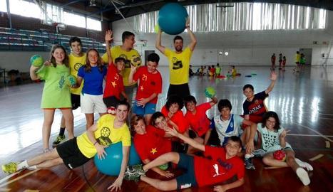 Un grup de jugadors i jugadores de l'Handbol Pardinyes durant una activitat.