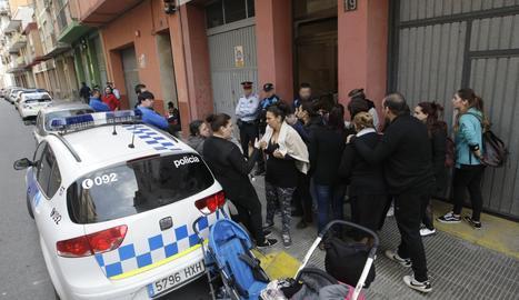 La policia ha impedit que els membres de Mariola en Moviment entressin al pis 'okupat' aquest dijous.