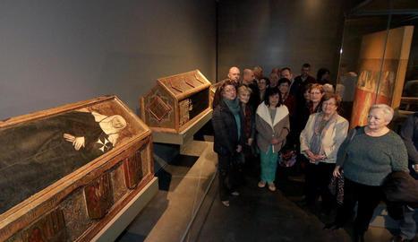 Representants de les 17 associacions de la plataforma d'entitats de Lleida, ahir al Museu al costat de diverses peces de Sixena.