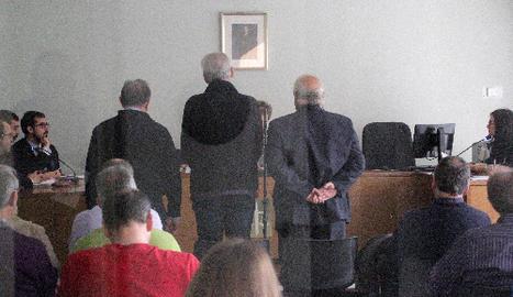 Els tres acusats, drets, en el moment d'acceptar aquest dijous la condemna imposada per la jutge.