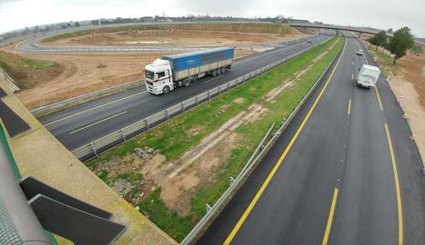 Al fons, l'enllaç per als vehicles procedents de Saragossa (A-2) que surtin en direcció a l'A-14.