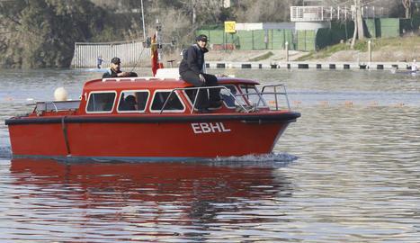 Una barca de l'Armada va començar ahir a buscar Marta del Castillo al Guadalquivir.