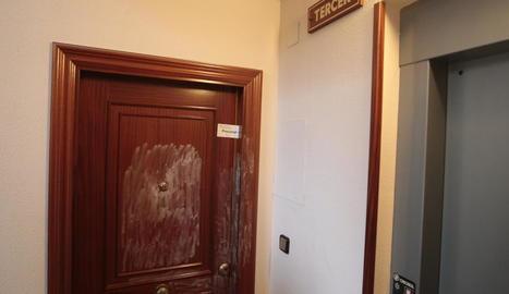 Els Mossos van precintar la porta del domicili de la víctima, un tercer pis d'un bloc d'habitatges.