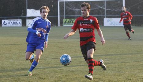 Un jugador de l'EFAC Almacelles disputa la pilota davant d'un jugador del Reus B en una jugada al centre del camp.