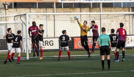 El porter visitant, Porta, refusa una pilota aèria davant de la proximitat d'un jugador rival.