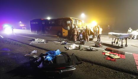 Una brutal col·lisió entre un cotxe i un autocar provoca tres ferits a Alcarràs