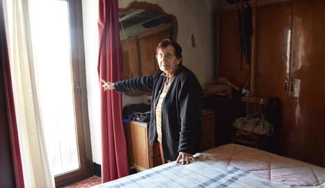 Rosa, veïna de la Parròquia d'Hortó (Ribera d'Urgellet), ahir, mostrant els vidres que van vibrar.