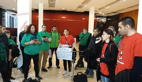 A Lleida, alguns representants de la plataforma també es van manifestar a la seu d'Endesa.