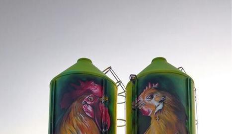 Les sitges de la granja, amb les imatges del gall i la gallina.