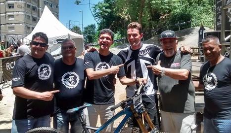 Pol Bonet amb Pep Roca i altres membres de l'organització.