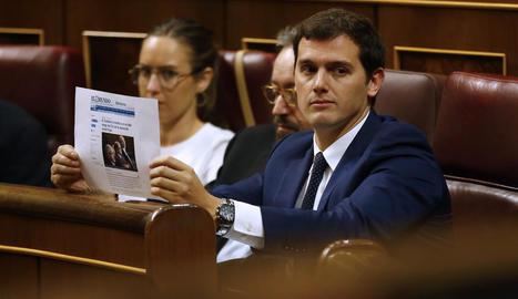 Albert Rivera mostra des del seu escó una informació d'un diari al Congrés.