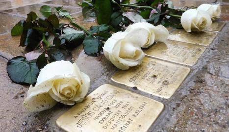 Roses blanques al costat dels 'stolpersteine' col·locats a la plaça de l'Ajuntament d'Igualada.