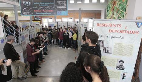 Els alumnes de l'institut Guindàvols van participar ahir en la inauguració de l'exposició.