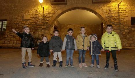 Arnau (4 anys), Bruna (1), Biel (3), Lluís (3), Nil (4), Ares (2) i Aleix (4), els set nens actualment empadronats a Tarrés.