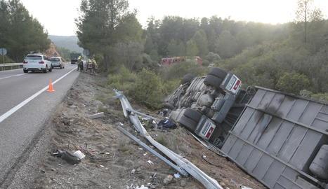 Il·lès després de bolcar amb el camió carregat de vedells a la C-12 a Maials