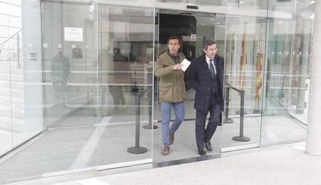 Álvaro Ruiz-Mateos, a l'esquerra, surt del jutjat de Lleida aquest dijous.