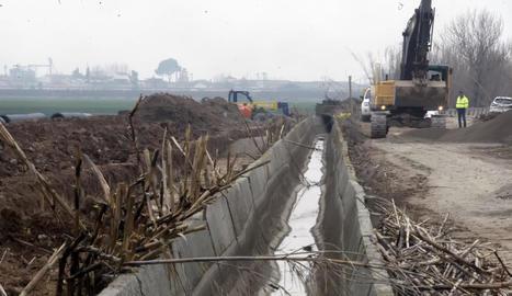 Les obres en aquesta zona de Gimenells on s'instal·larà la conducció principal de més de quatre quilòmetres de longitud.