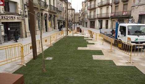 El carrer General Güell de Cervera, encara en obres.