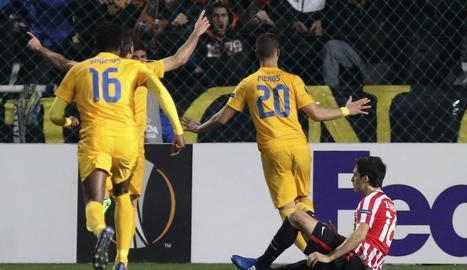 Els jugadors de l'Apoel celebren un dels gols davant de l'Athletic.