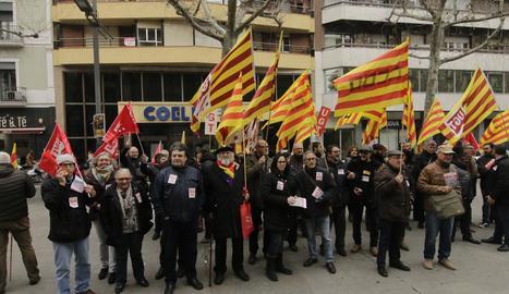 Els sindicats van protagonitzar ahir una concentració davant de la patronal lleidatana COELL.