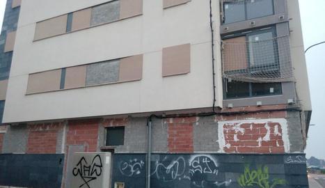Imatge dels baixos i primera planta de l'edifici del Secà que ha estat tapiat recentment.