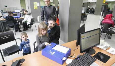Una usuària va tramitar ahir el seu primer DNI a l'oficina de la Policia Nacional a Cappont.