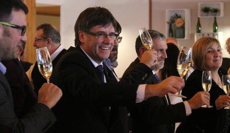 Puigdemont ahir brindant amb cava en un acte del PDeCAT a Sant Sadurní d'Anoia.
