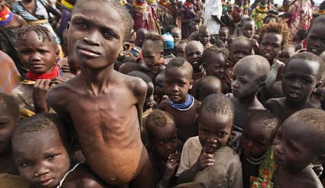 Nens de l'ètnia Turkana amb greus problemes de malnutrició.
