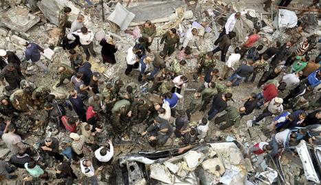 Diversos immigrants participen en una marxa amb pedres.